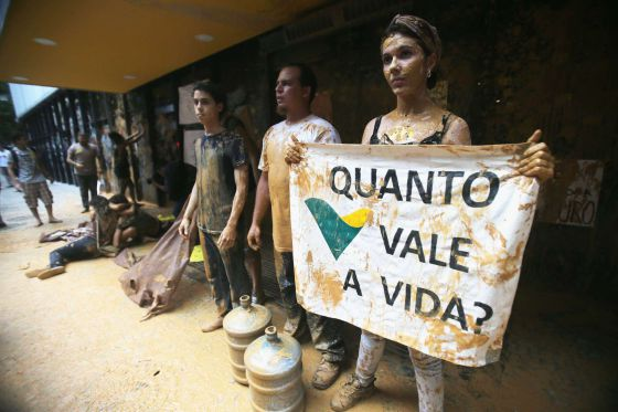 Ativistas protestam contra desastre de Mariana na sede da Vale no Rio.