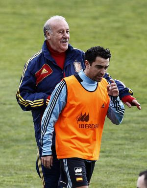 Vicente del Bosque and Xavi during Monday's training session.