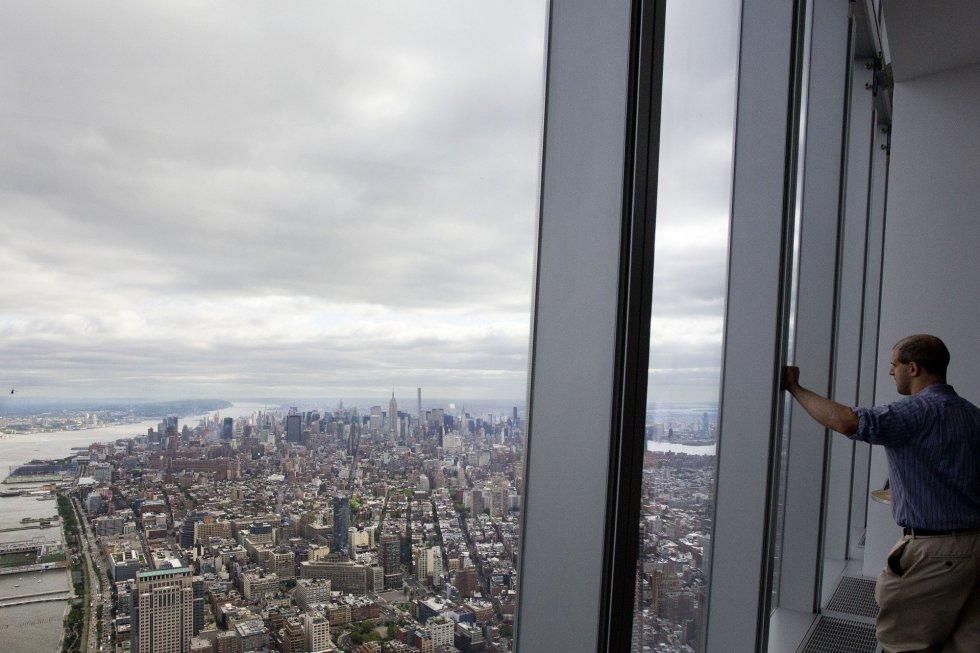 O observatório da Torre da Liberdade, edifício principal do novo World Trade Center de Nova York e o arranha-céu mais alto dos Estados Unidos, será aberto ao público em 29 de maio. Na foto, um visitante contempla a vista de Manhattan, em 20 de maio de 2015.