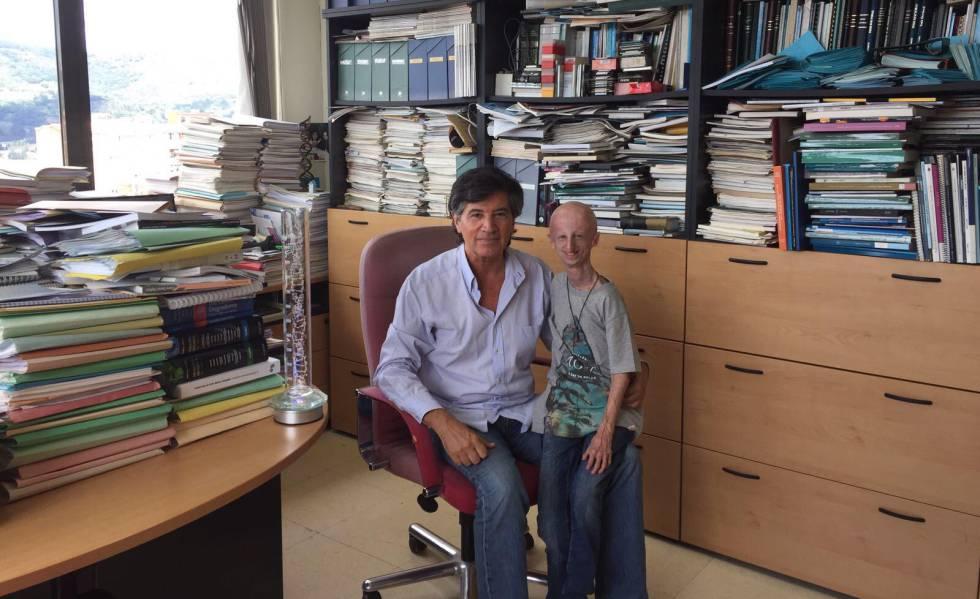 Os bioquímicos Carlos López Otín e Sammy Basso, na Universidade de Oviedo.