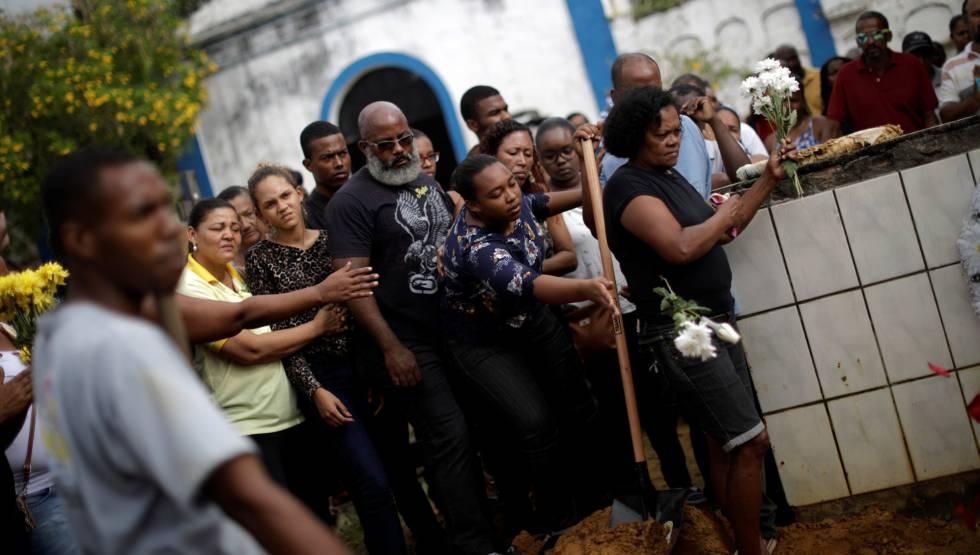Parentes e amigos no enterro de Rita Santos, uma das vítimas do naufrágio em Salvador.