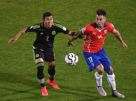 Dominguez e Vargas disputam uma bola
