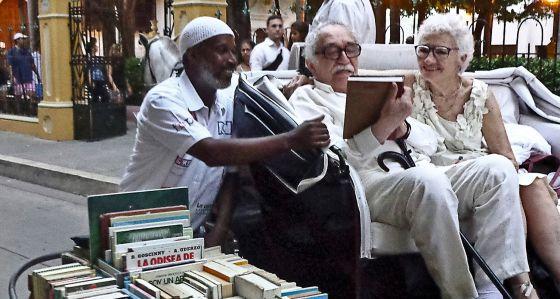 Um livreiro de rua conversa com o autor de Cem Anos de Solidão em Cartagena das Índias, em maio de 2013.