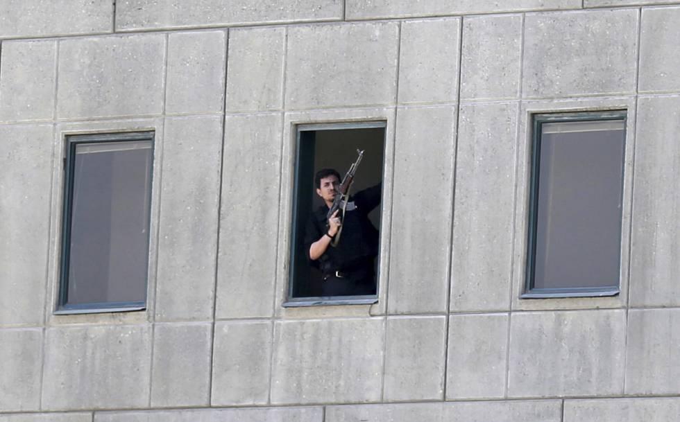 Policial no Parlamento iraniano em Teerã.