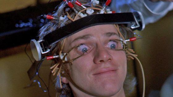 Imagem de 'Laranja Mecânica', onde seu protagonista é submetido a uma cura de bom cidadão.