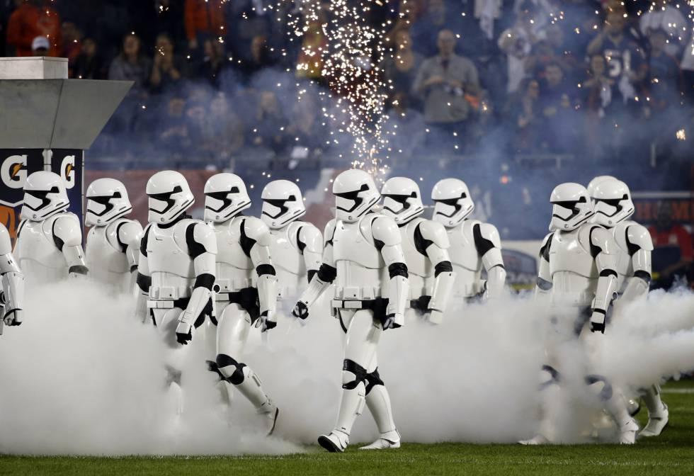 Stormtroopers durante o intervalo de uma partida entre Chicago Bears e Minnesota Vikings.