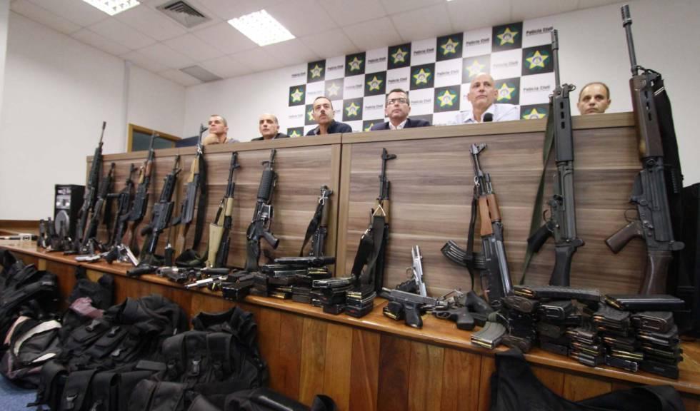 Arsenal apreendido em operação contra milícias no Rio em abril de 2018.