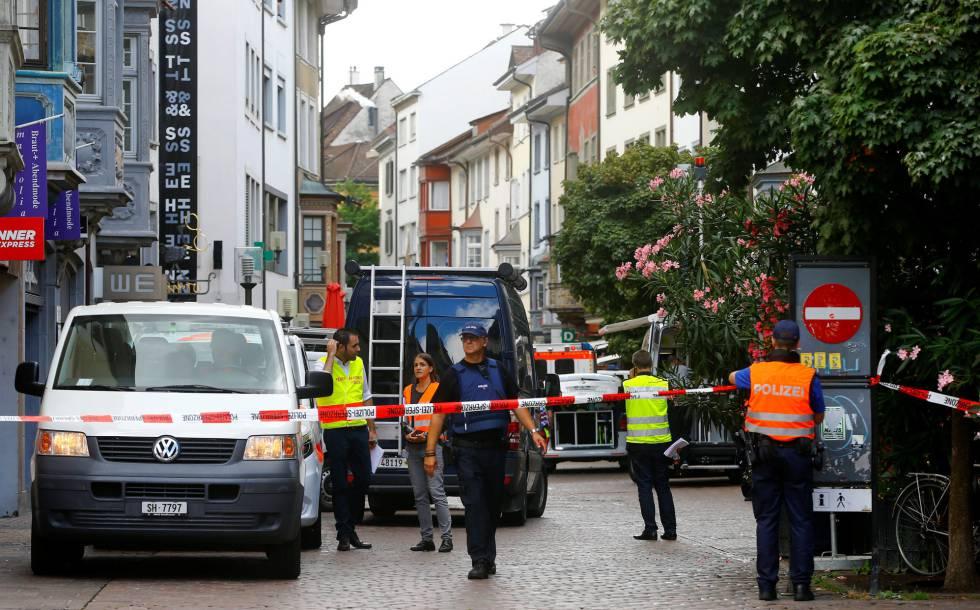 Polícia suíça isola local onde homem atacou pedestres em Schaffhausen com uma motosserra.