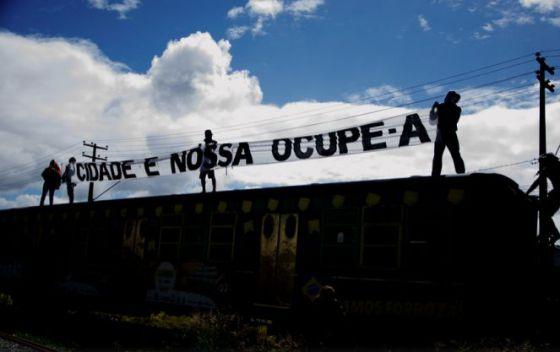 Ativistas no entorno do cais José Estelita, antigo armazém de açúcar.