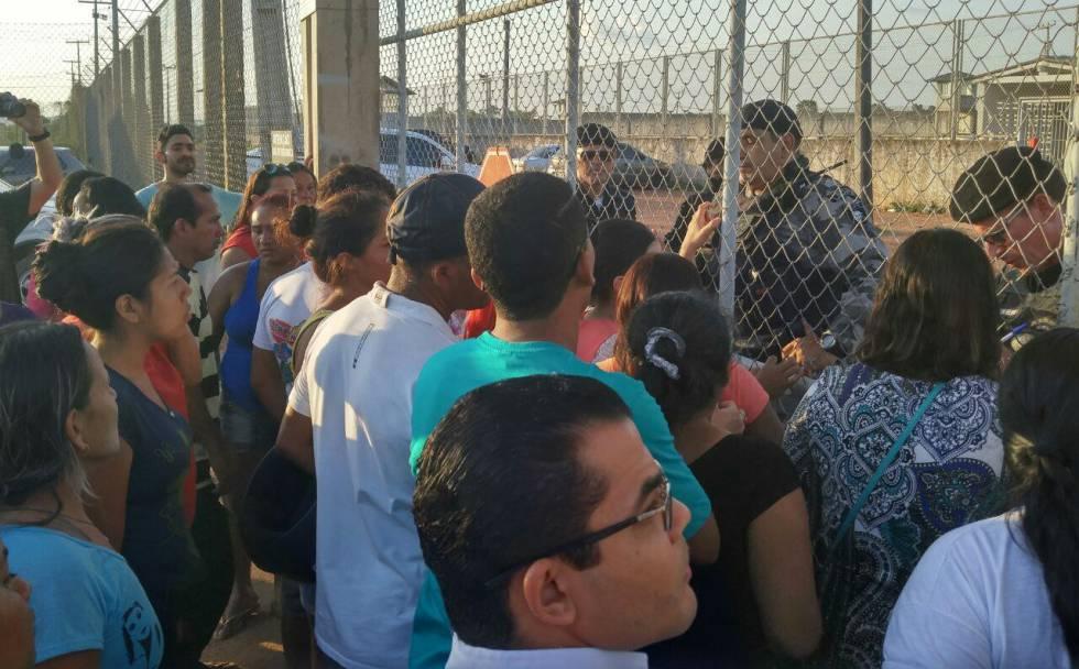 Familiares de detentos em Rio Branco.