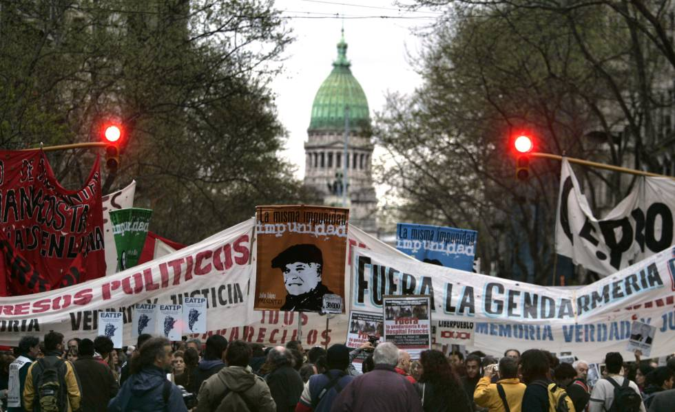 Marcha para marcar o aniversário do desaparecimento de Jorge Julio López, testemunha-chave no julgamento do ex-policial Miguel Etchecolatz, acusado de torturas durante a ditadura.