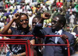 Robert Mugabe e sua mulher, Grace, acenam para o público na posse dele para o seu sétimo mandato presidencial, no Estádio Nacional, em agosto de 2013.
