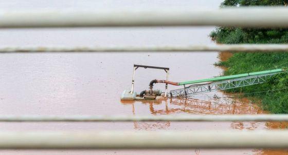 Captação de água afetada pela lama em Minas.