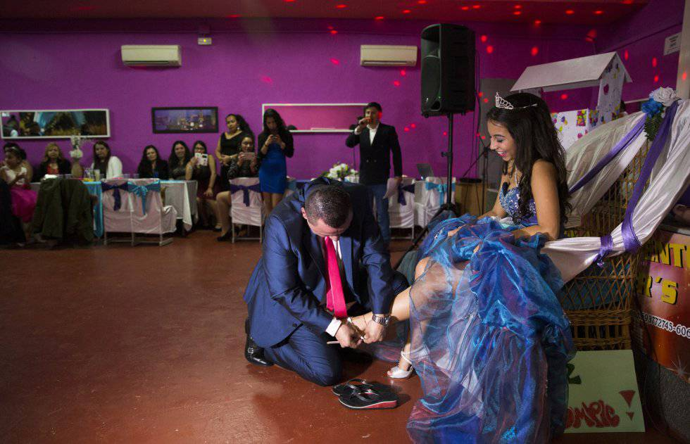 Bernardo Zapata calça sua filha Alejandra na festa de quinze anos em Madri.