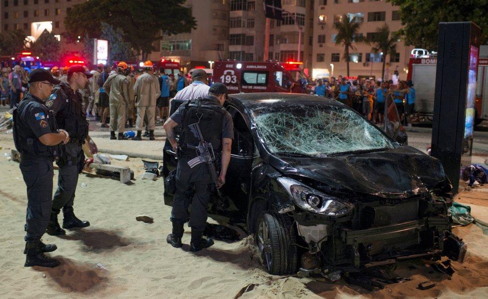"""Polícia inspeciona carro que invadiu o calçadão e a praia de Copacabana, no Rio de Janeiro, matando ao menos um bebê de oito meses e ferindo mais de uma dezena de pessoas. O motorista, segundo o site G1, foi detido e disse à polícia que """"apagou"""" após sofrer um ataque epilético."""