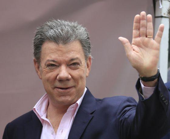 Santos acena antes de votar neste domingo, em Bogotá.
