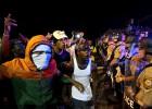 Polícia repele o ataque de um grupo que provoca distúrbios em um protesto noturno depois de uma jornada pacífica em honra a Brown