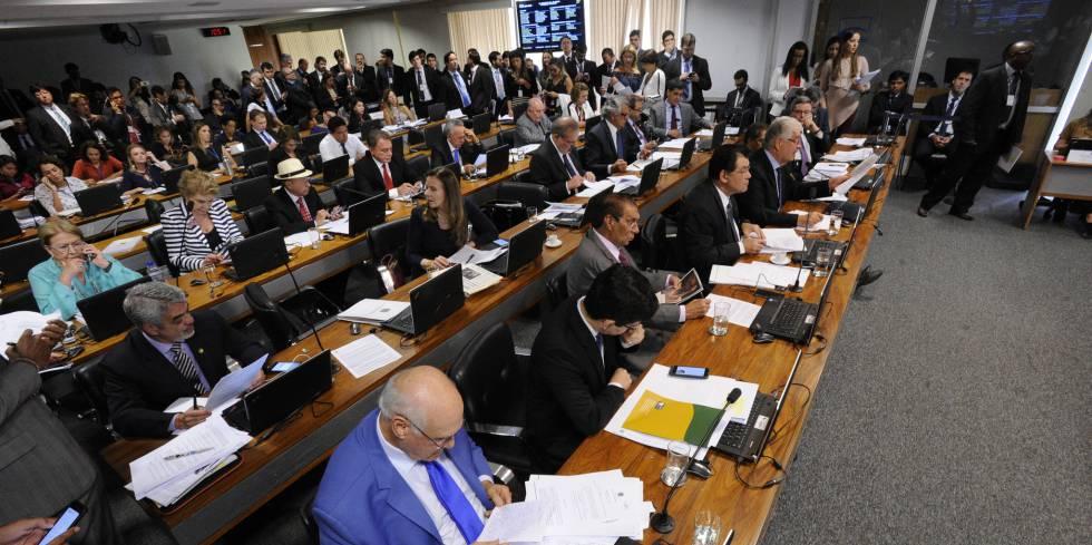 Senadores na Comissão de Constituição e Justiça.