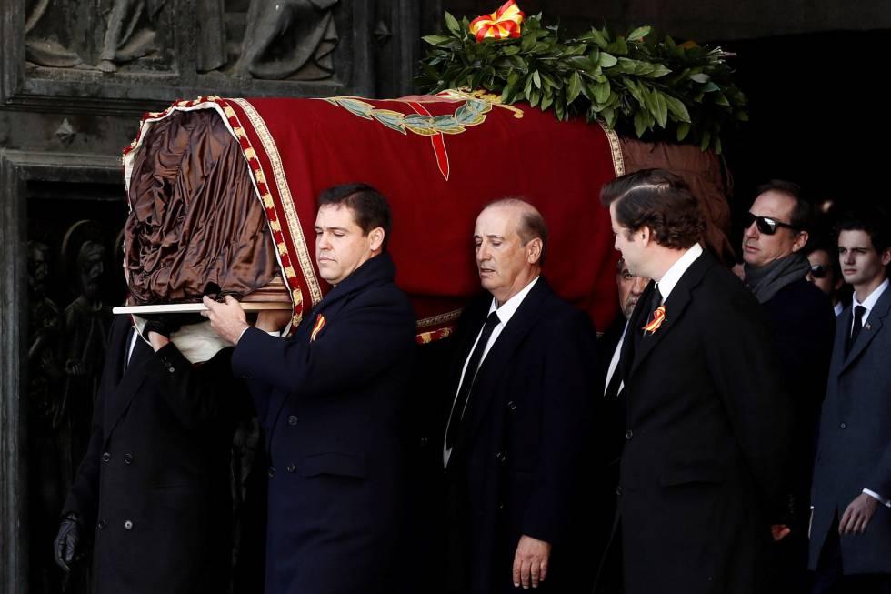Familiares de Francisco Franco carregam o caixão do ditador após a exumação nesta quinta-feira.