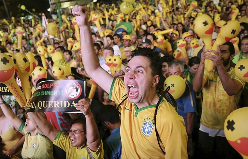 Manifestantes protestam com camisas da seleção brasileira.