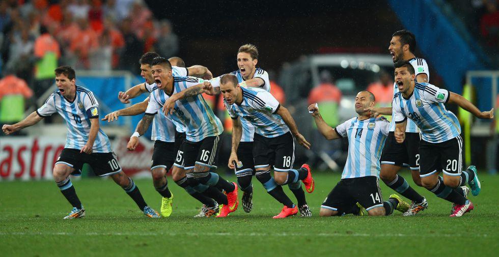 Os jogadores da seleção argentina comemoram a vitória contra a Holanda, que confirma a presença do time na final da Copa.