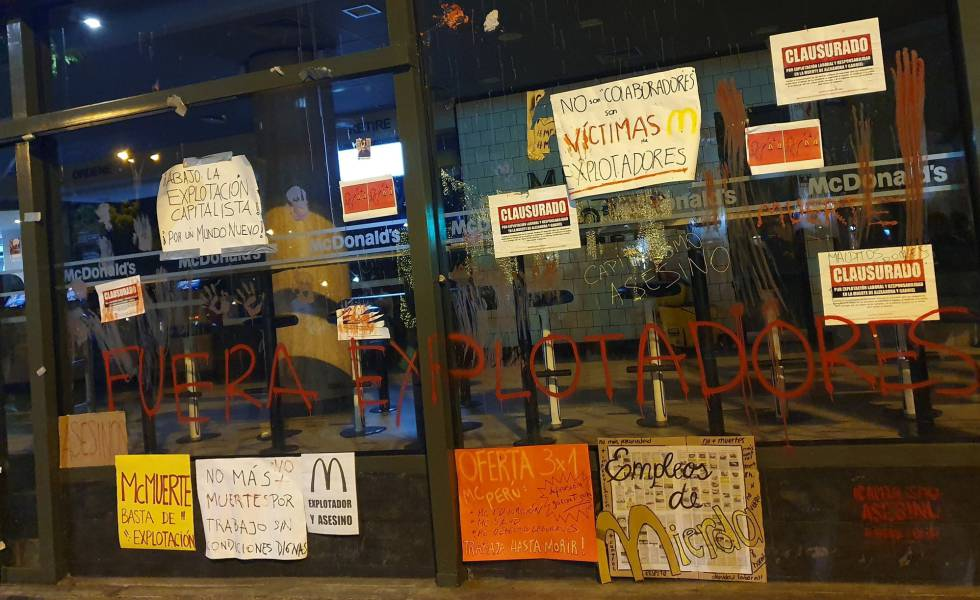 Cartazes de protesto no Mc Donald's de Miraflores, em Lima.