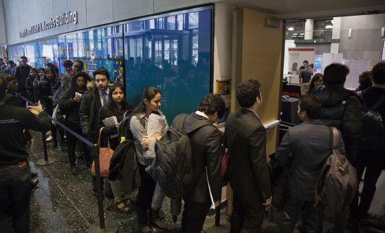 Jovens em fila de feira de carreira em engenharia e tecnologia da Universidade de Nova York, no Brooklyn.
