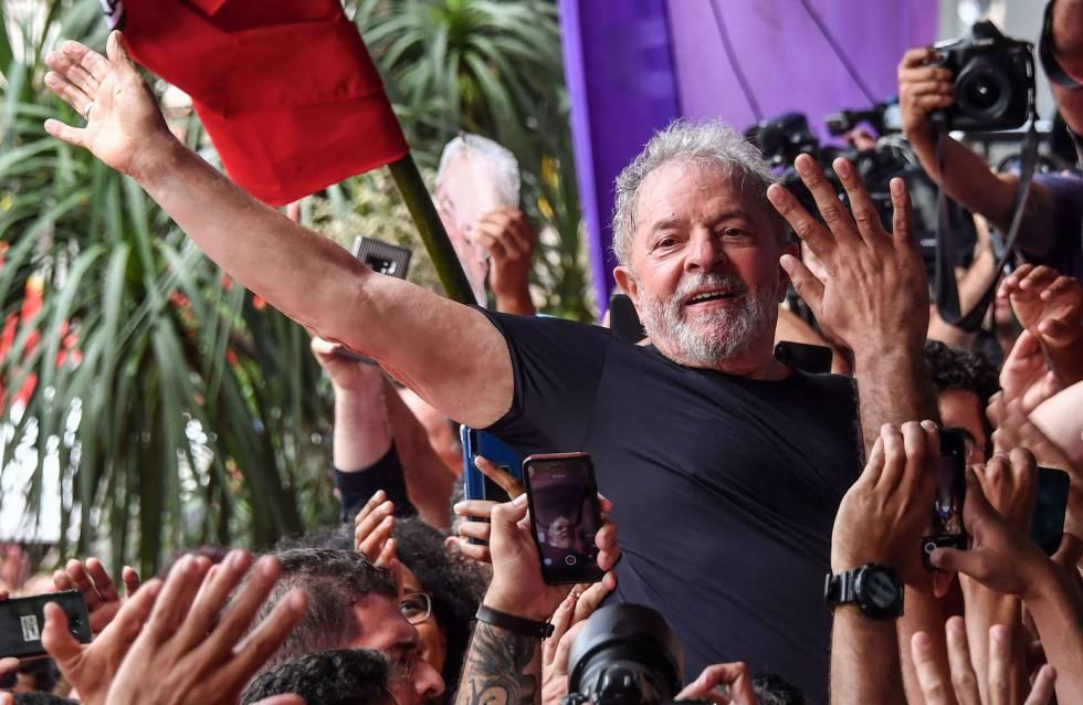 Ex-presidente Lula em São Bernardo um dia após a saída da prisão.
