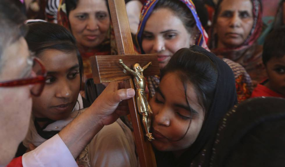 Cristãs durante missa na Sexta-feira Santa, em Lahore, Paquistão.