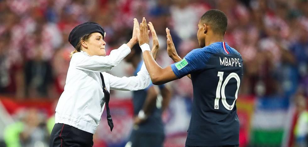 Suposta ativista do grupo Pussy Riots invade o campo durante o jogo França x Croácia.