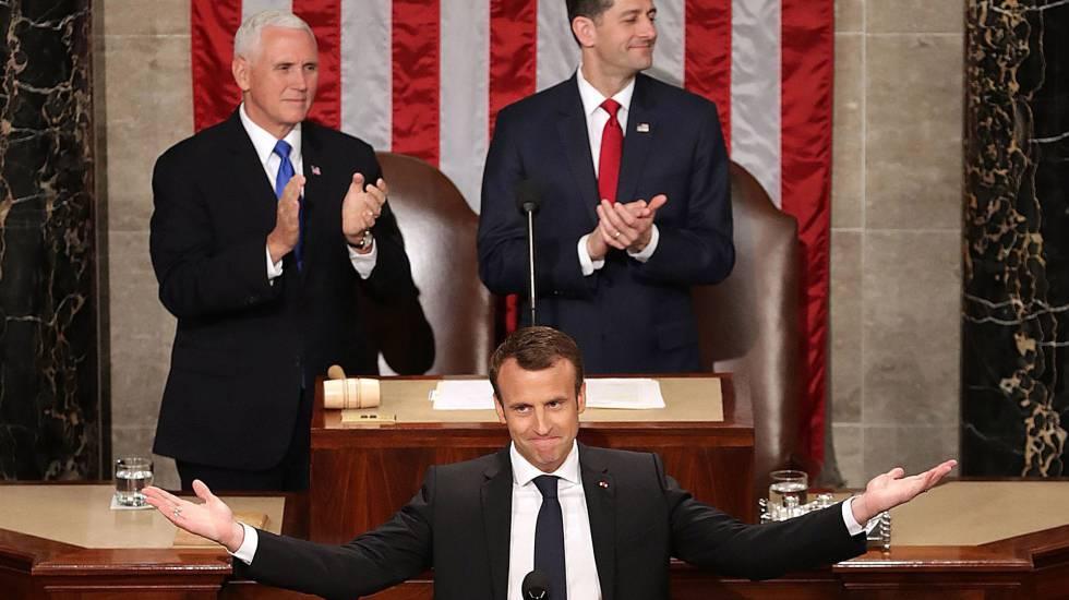 O presidente francês, Emmanuel Macron, é aplaudido no Congresso. Atrás, à esquerda, o vice-presidente dos EUA, Mike Pence, e o líder do Congresso, Paul Ryan