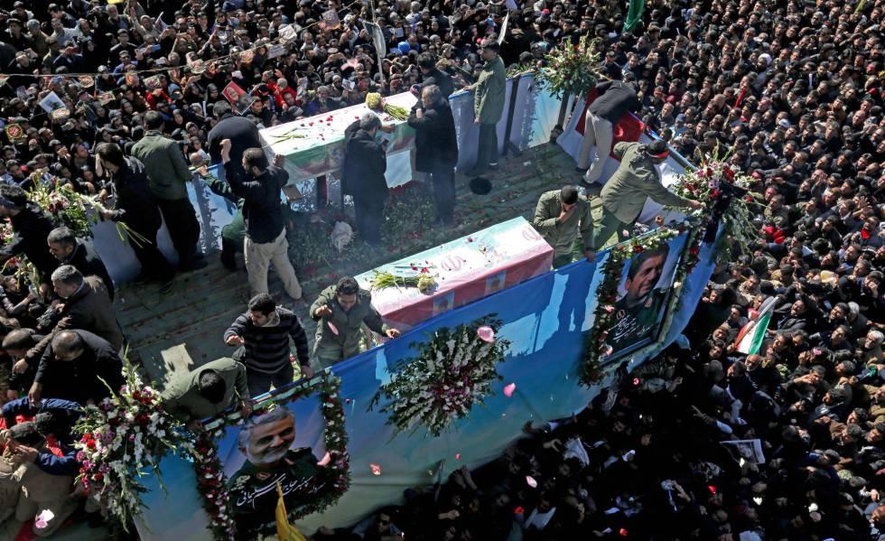 Cientos de personas se congregan alrededor de un vehículo que transporta el ataúd del general iraní Qasem Soleimani, este martes.