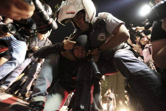Um integrante do Black Bloc é detido pela polícia em São Paulo.