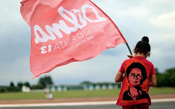 Uma militante do partido PT com uma t-shirt de Dilma Rousseff em Brasilia.
