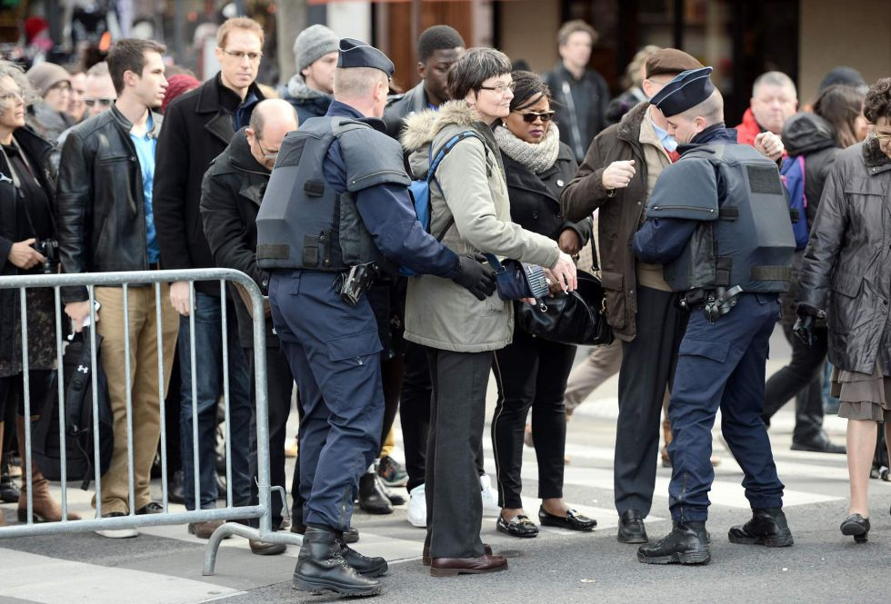 Policiais franceses revisam visitantes no acesso à catedral de Notre Dame, em Paris.