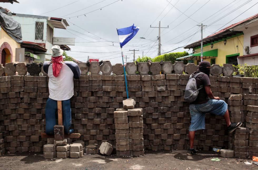 Um manifestante em uma barricada em uma comunidade indígena da Nicarágua.