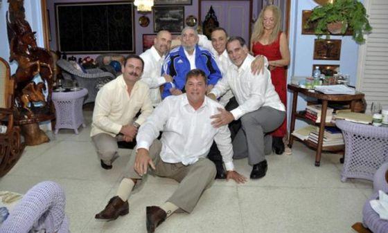 Fidel Castro, com os cinco agentes que estavam presos nos EUA.
