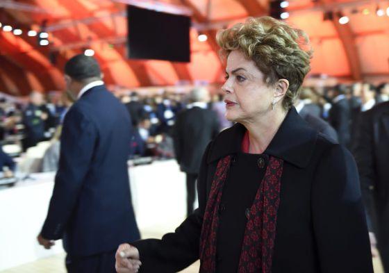 Dilma Roussef, ao chegada na sessão plenária da cúpula sobre mudança climática, em Paris.
