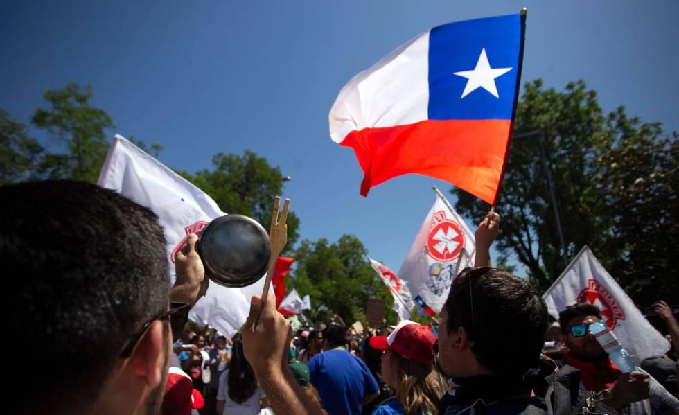 Trabalhadores de saúde protestam nesta quinta-feira na capital Santiago.