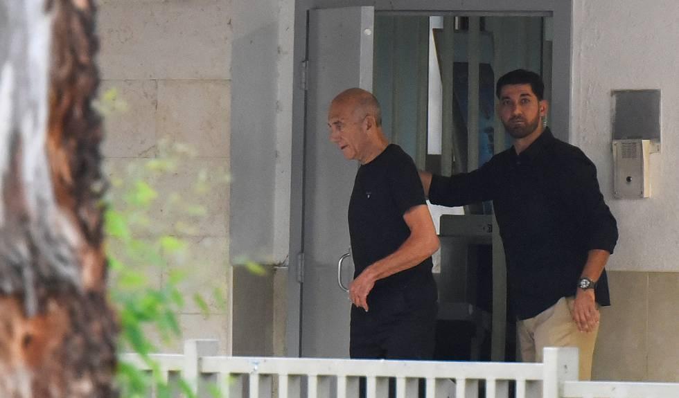 O ex-primeiro-ministro israelense Ehud Olmert sai da prisão de Maasiyahu, perto de Tel Aviv.