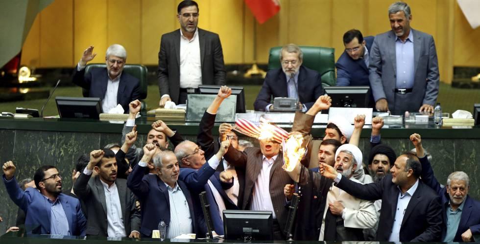 Grupo de deputados queimou uma bandeira dos EUA no Parlamento iraniano nesta quarta-feira