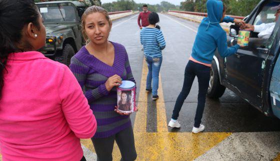 Parentes dos sequestrados pedem dinheiro na estrada.