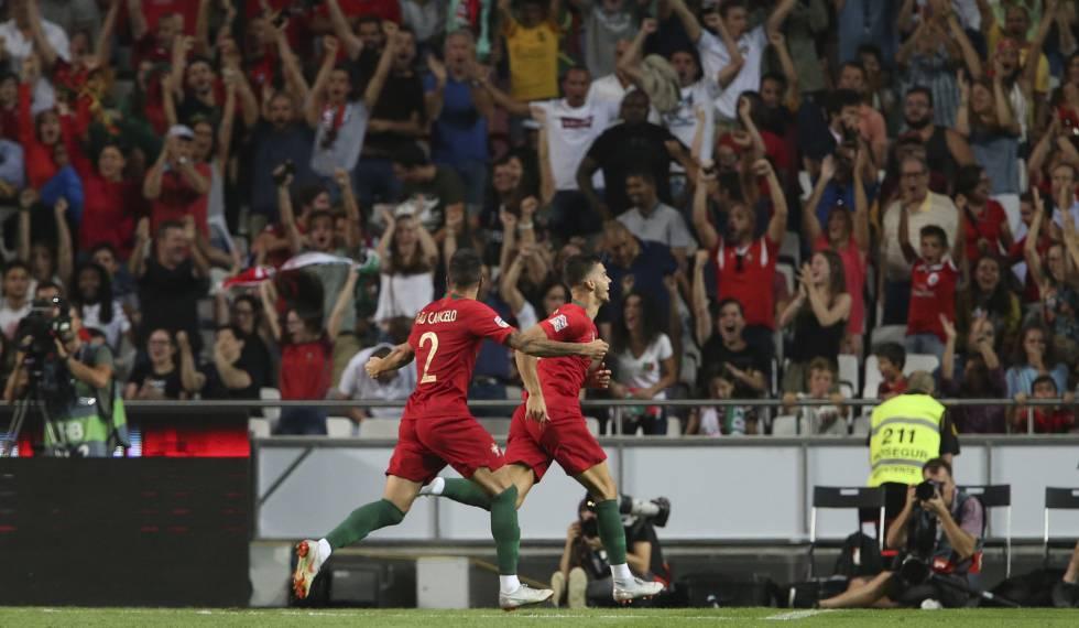 André Silva comemora o gol da vitória com João Cancelo em Lisboa.