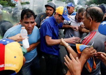 Ex-candidato presidencial Henrique Capriles é agredido com gás lacrimogêneo pela polícia