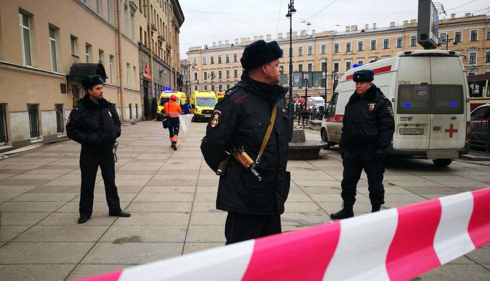 A polícia vigia nesta segunda-feira a entrada da estação de metrô do Instituto Politécnico, em São Petersburgo.