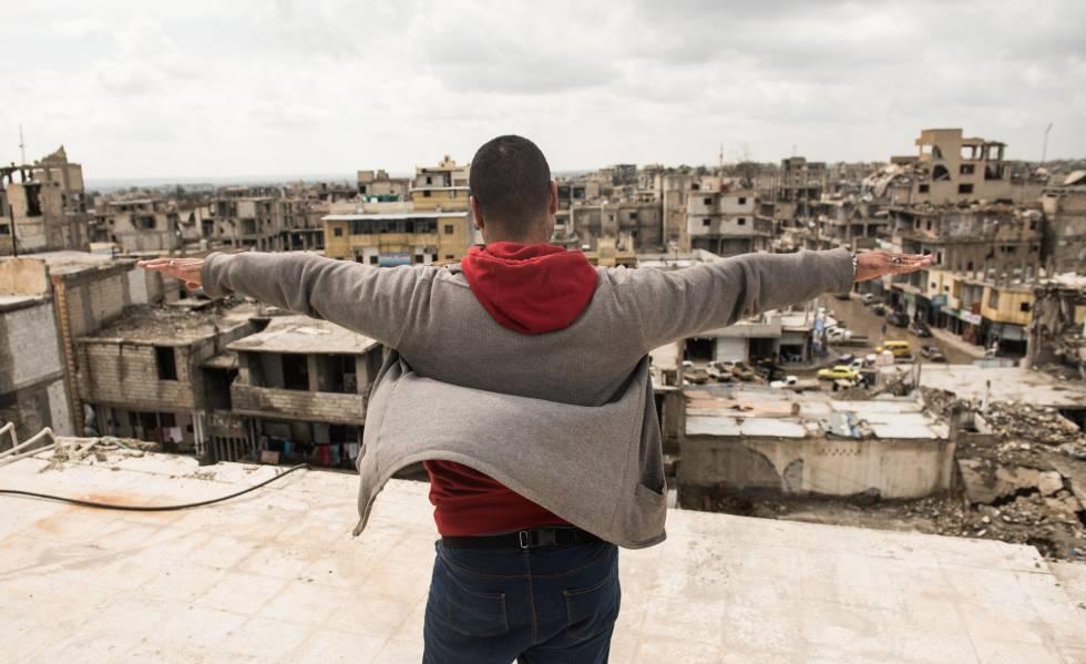 Abu Ahmed, no alto do edifício transformado pelo EI em prisão, onde ficou encarcerado