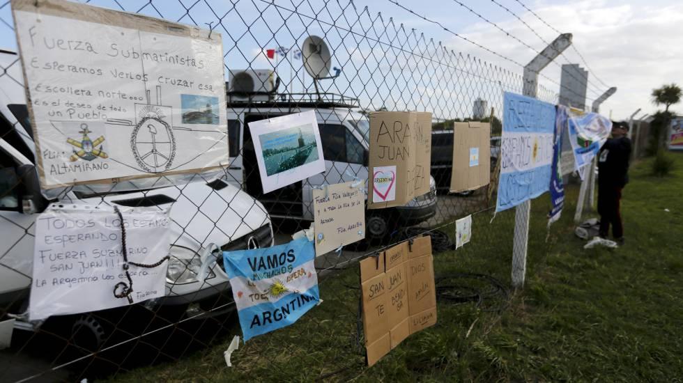 Cartazes de apoio aos 44 marinheiros do submarino