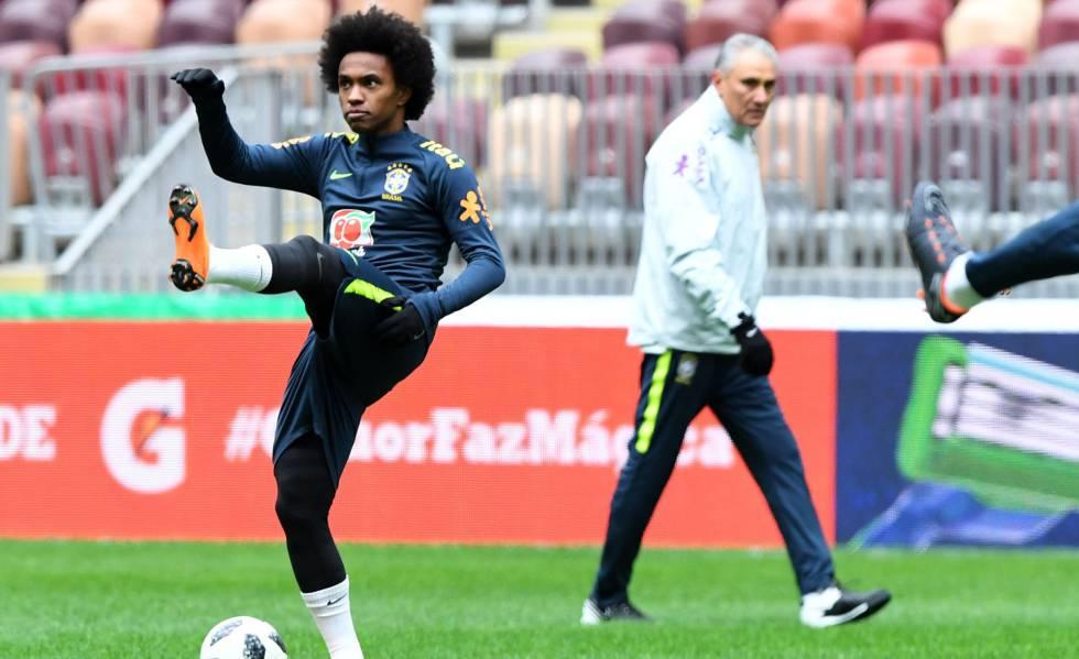 Tite observa Willian no treinamento da seleção brasileira.
