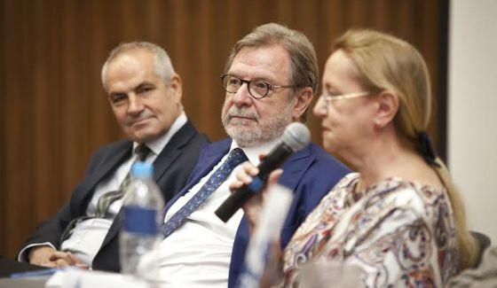 O diretor do EL PAÍS Antonio Caño, o presidente Juan Luis Cebrián e a filósofa Amelia Valcárcel nesta quinta-feira no Instituto Tecnológico de Estudos Superiores de Monterrey (México).