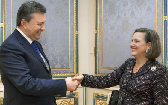 O presidente da Ucrânia, Víktor Yanukóvich (Izda.), estreita a mão à secretária de Estado anexa de EUA para Assuntos Europeus, Vitória Nuland.